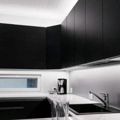 Led-kisko keittiön työtasolla ja kaapin päällä