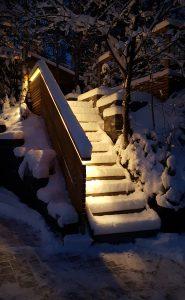 Lumi heijastelee valoa takaisin.