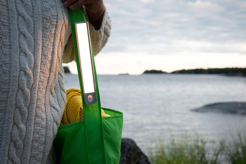 Wanda mukana matkalla kiinnitettynä laukun hihnaan LedStore.fi
