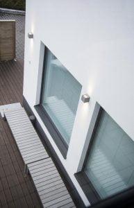 Seinävalaisimet ottavat lisäheijastusta valkoisesta pinnasta.
